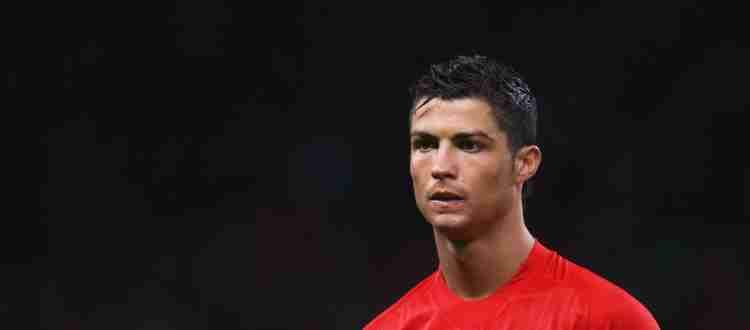 Криштиану Роналду - Португальский футболист, выступающий за английский клуб «Манчестер Юнайтед»